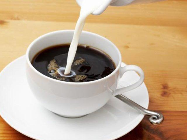Кава з молоком: користь чи шкода? Чи можна пити каву з молоком вагітним, годуючій мамі, дітям? Рецепти кави з молоком в турці, корицею, топленим молоком, какао, медом, коньяком: опис. Кава з молоком з цукром і без цукру: калорійність на 100 грамів