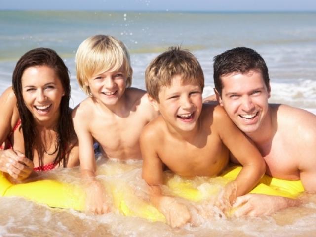 Яка температура води в морі, річці вважається комфортним, приємним і допустимої для купання дорослих і дітей? При якій температурі води не можна купатися в морі, річці? Як визначити оптимальну температуру води для купання в морі всієї родини?