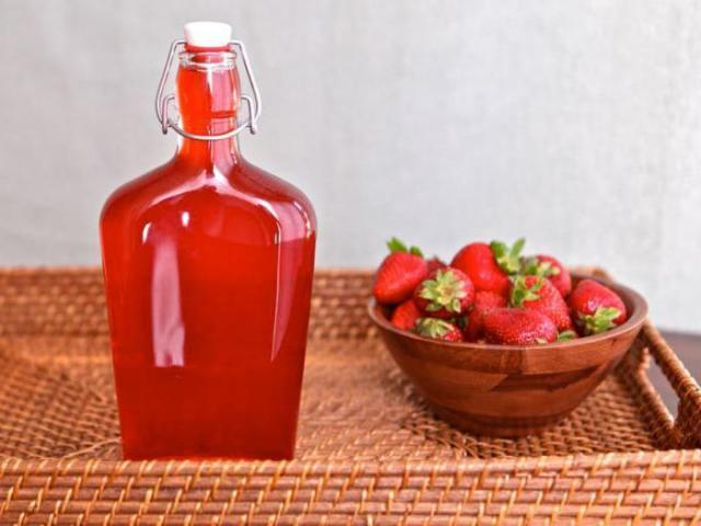 Як зробити наливку, лікер, настоянку з полуничного варення, замороженої і свіжої полуниці на горілці, спирту, самогоні: рецепт в домашніх умовах