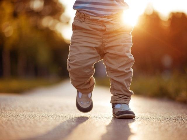 У скільки місяців діти починають ходити: допустимі строки. Чому дитина почала ходити пізніше: фактори, що впливають на процес