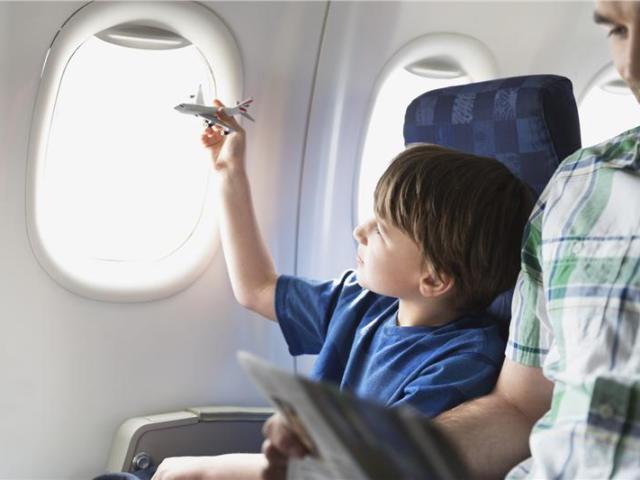 До скількох років дитині продають дитячий квиток на літак? Яка існує знижка на дитячий квиток на літак? На скільки дешевше коштує дитячий квиток на літак від дорослого?