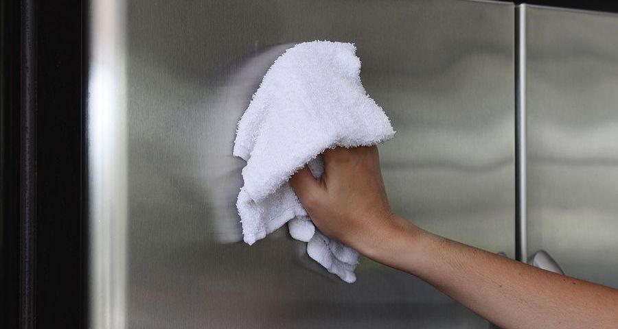 Як відтерти скотч з меблів? Способи прибрати скотч з пластику, скла, дерева. Як відмити сліди від скотчу з вікон, стекол, дзеркал? Як видалити сліди від скотчу з оббивки, одягу, тканини?