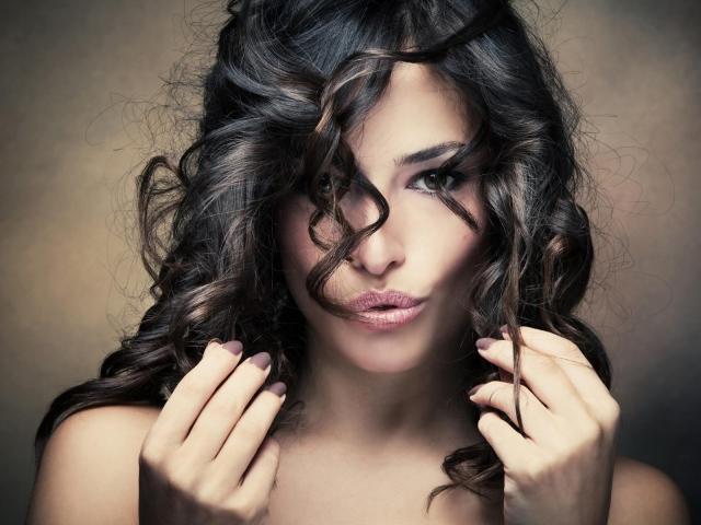 Чому не можна накручувати волосся на палець: прикмети проти психології