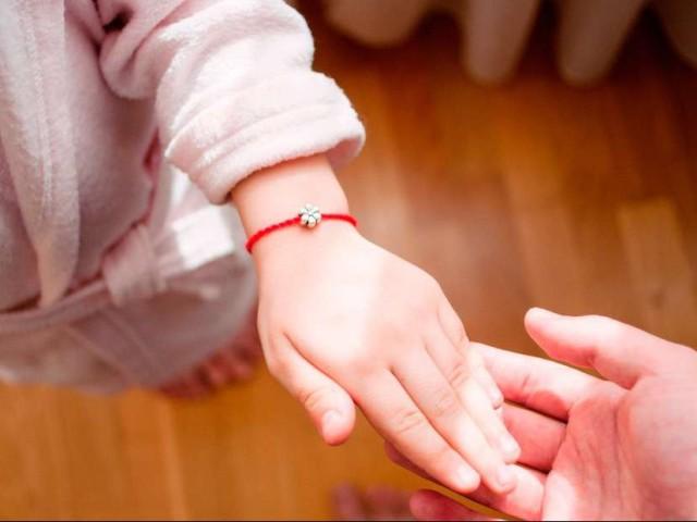 Червона нитка на зап'ясті — молитва: як правильно зав'язати оберіг? Молитви для зав'язування червоної нитки. Що робити, якщо нитка порвалася?