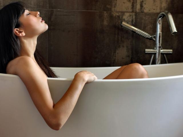 Чи можна при температурі митися у ванні, душі, лазні і мити голову? Чи можна митися при застуді, ангіні, бронхіті без температури і з температурою? При якій температурі можна митися?