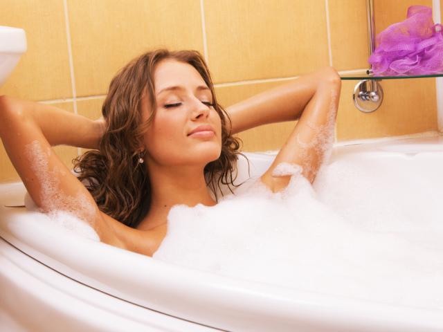 Ванни для шкіри: рецепти трав'яних, содових, сольових ванн з ефірними маслами. Які ванни приймати для підтягування, омолодження і відбілювання шкіри?