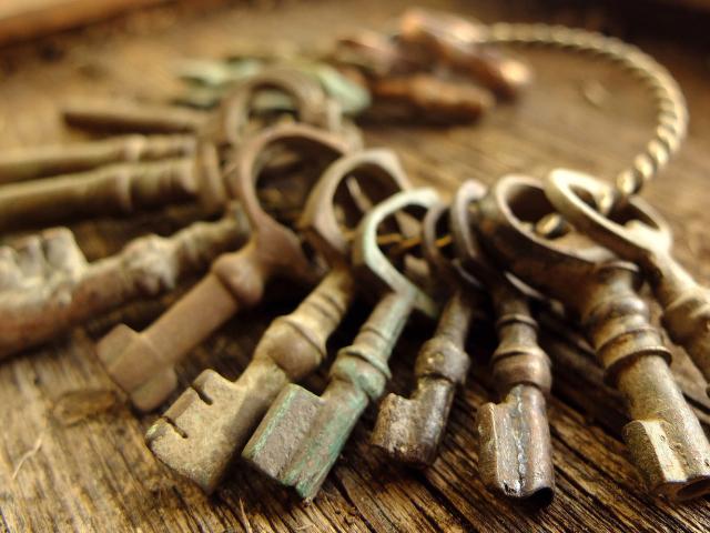 Сонник: ключ втратити, знайти, носити на шиї, обмінювати, купувати, продавати, знаходити, втрачати, віддавати іншій людині, зв'язка ключів