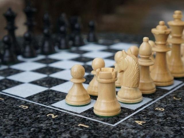 Як ходять фігури в шахах? Як правильно розставити фігури на шаховій дошці? Як навчитися грати в шахи з живими гравцями: нестандартні випадки, поради, правила гри для початківців. Яка мета гри, скільки коштують фігури, що означає «крок» і «мат»