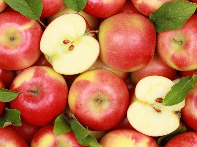 Можна їсти зелені та червоні яблука після пологів годуючій мамі свіжі, сушені, запечені при грудному вигодовуванні новонародженого в перший та наступні місяці годування грудьми? Рецепт запечених яблук в духовці для годуючої мами при грудному вскармлив