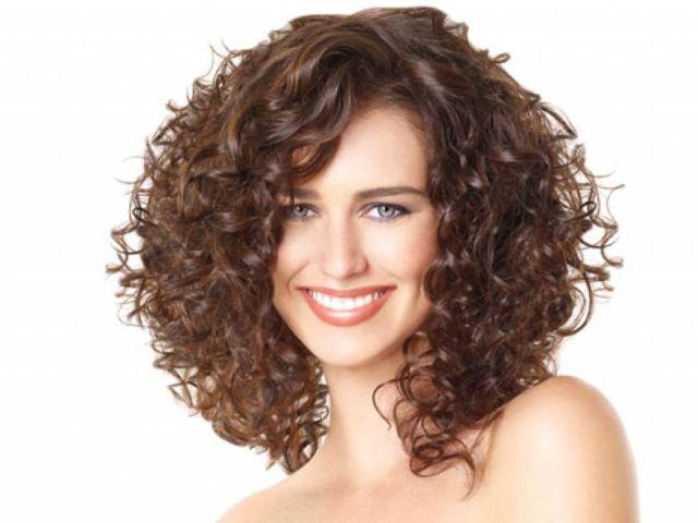 Які зачіски підходять для жіночих кучерявого волосся: на короткі, середні, довгі локони? Укладання для урочистих подій, зачіски, підходящі для жінок бальзаківського віку