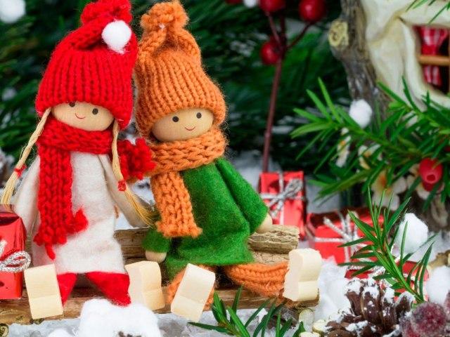 Гірлянди на Новий рік своїми руками на ялинку, вікна, стіну, камін, стеля, двері: фото. Як зробити новорічну гірлянду власноруч з об'ємних сніжинок, картинок, фігурок, іграшок, пластикових пляшок?