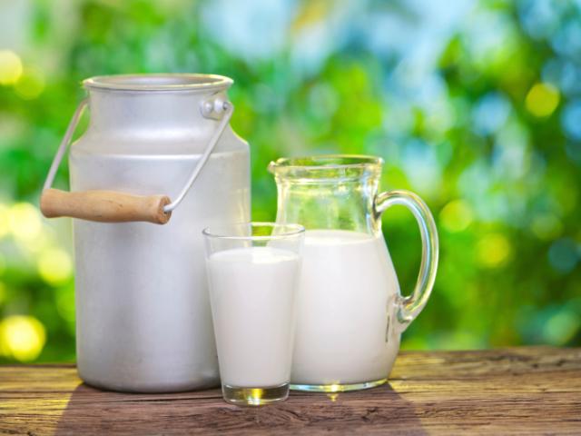 Як правильно кип'ятити коров'яче і козяче молоко, в якому посуді, щоб не пригоріло: поради. Можна кип'ятити молоко в електрочайнику, мікрохвильовій печі, мультиварці, емальованому і алюмінієвому посуді, кип'ятильником? Скільки часу кип'ятити молоко для ди