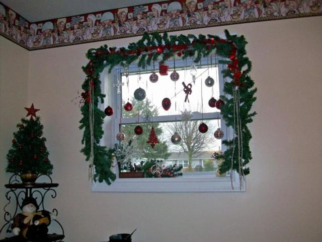 Трафарети ялинки і гілочок ялинки на Новий рік для вирізання з паперу на вікно, стіну, для ялинкових іграшок, гірлянд, прикраси кімнати, будинки: фото. Ажурна ялинка з паперу – трафарет: роздрукувати. Трафарет зірки і верхівки на ялинку з паперу: фото