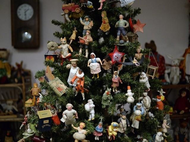 Вироби на вуличну ялинку — великі ялинкові іграшки, прості, об'ємні, гірлянди, годинник, цукерки, дзвіночки, сніжинки, кульки з CD дисків, пластикових пляшок, стаканчиків, пінопласту, паперу, картону, макаронів, льоду, гачком, Дід Мороз своїми рукам