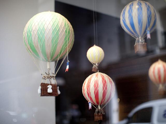 Виріб, іграшка, аплікація – декоративний повітряна куля з кошиком своїми руками: ідеї, схема, фото. Як зробити повітряну кулю з кошиком з пап'є-маше, паперу, зшити з тканини, зв'язати гачком для дитячого садка, фотозоны, новорічний: майстер-клас, выкро