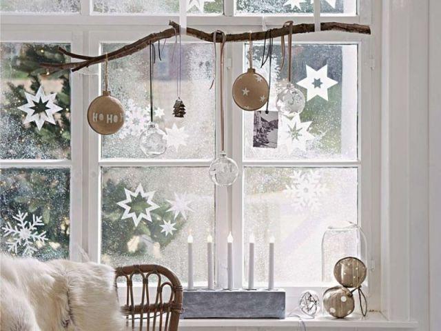 Прикраса вікон до Нового року з паперу бурульками, рукавицями, зірочками, сніжинками, годинами, цифрами, ялинковими кульками, іграшками на гілках, дзвіночками: роздрукувати і вирізати шаблони і трафарети для наклейки і малювання на вікнах, витинанки, фото