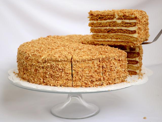 Торт медовий: смачний і простий покроковий рецепт, класичний на водяній бані, на сковороді, медово-сметанний, з заварним кремом зі сметани, зі згущеним молоком. Який крем краще підходить для медового торта? Як прикрасити медовий торт? Як зробити торт-цифр