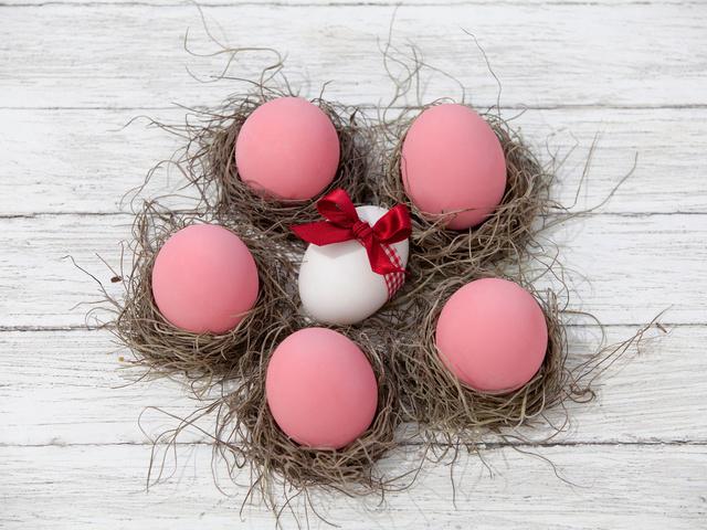 Як фарбувати великодні яйця буряком в рожевий колір?