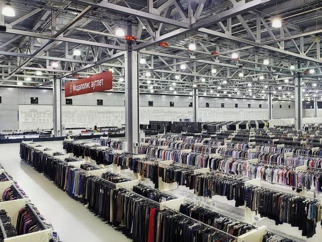 Інтернет магазин Asos, розділ Аутлет – розпродаж, 70 відсотків знижки на популярні бренди кожен день: одяг, взуття, сумки, гаманці, сонячні окуляри
