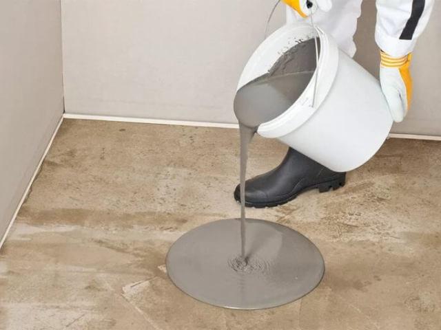 Як і чим можна вирівняти дерев'яний і бетонну підлогу під лінолеум і ламінат в квартирі, будинку: матеріали, способи. Як можна вирівняти дерев'яний і бетонну підлогу в квартирі, будинку стяжкою, без стяжки, з допомогою ОСБ плит, наливна суміші, дерев'яних