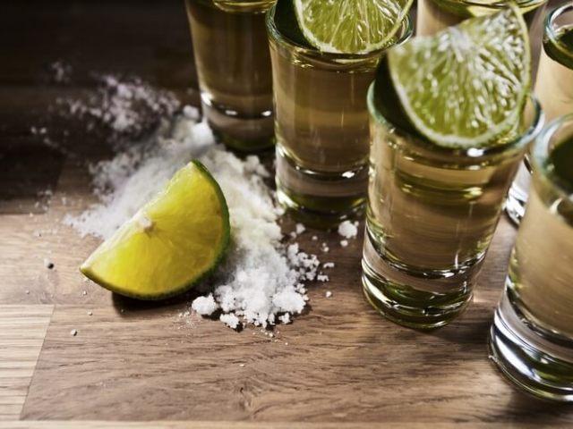 Текіла: як правильно пити і чим закусувати? Як п'ють текілу з сіллю і лимоном або лаймом? Як п'ють текілу в Мексиці і в Росії, ніж запивають?