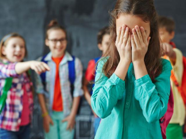 Як бути, якщо дитина конфліктує з однокласниками — чи треба втручатися? Чи варто переводити дитину в іншу школу, якщо його ображають?