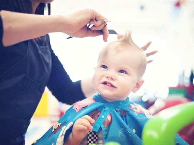 Чи можна стригти своїх дітей матері, батькові: прикмети. Чи можна батькам стригти волосся своїх дітей: думка церкви. Чому не варто стригти волосся своїй дитині?