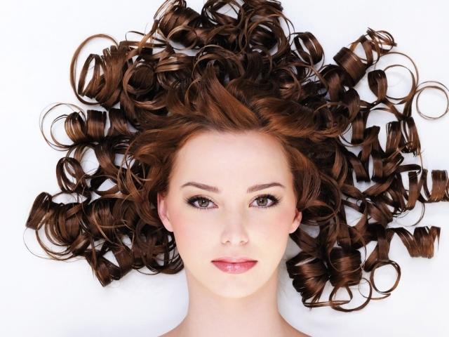 Як красиво укласти кучеряве волосся у жінок? Як підібрати зачіску для кучерявого волосся в залежності від форми обличчя?