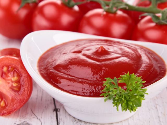 Як приготувати смачну томатну пасту без солі, гостру, з додаванням цибулі і оцту в домашніх умовах: найкращі рецепти