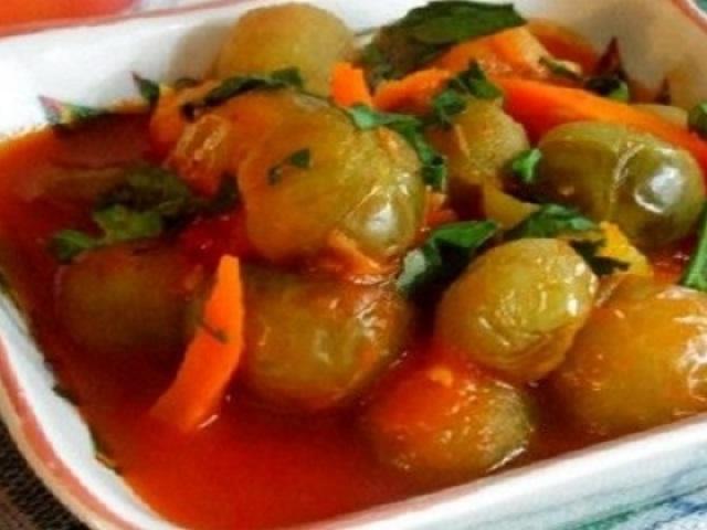 Як смачно приготувати зелені томати в томатному соку на зиму: рецепт