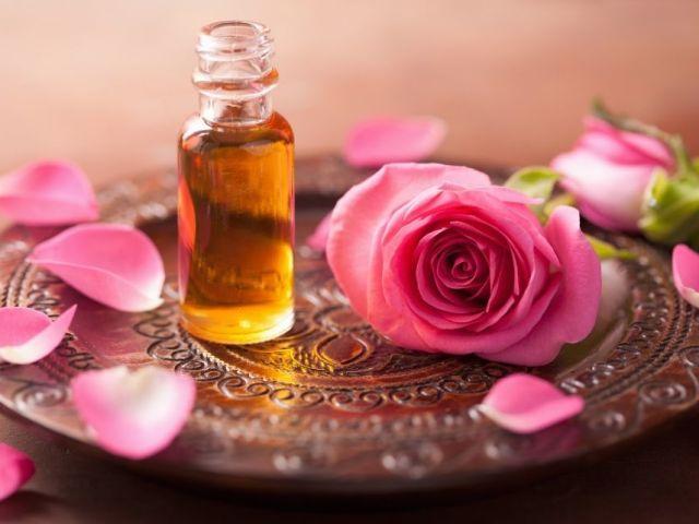 Що можна зробити з пелюсток троянд: додати у ванну, рожева сіль, ефірну олію, настій, лосьйон, натуральний освіжувач для повітря, саші для ароматизації білизни