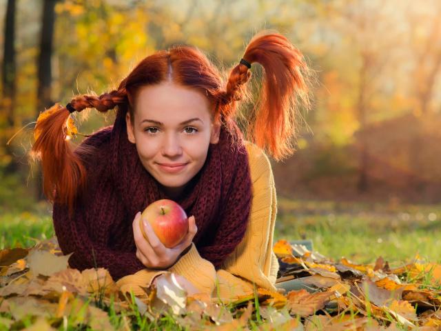 Кольоротип зовнішності жінки «осінь»: характерний колір очей, обличчя, волосся. Як вибрати одяг, макіяж, колір волосся для жінки кольоротипу «осінь»?
