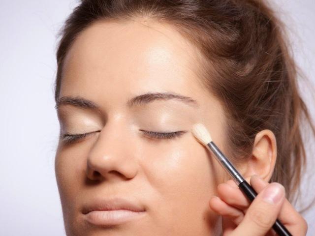 Як і чим краще наносити на обличчя тональний крем: схема, поради, правила макіяжу, відео. Як правильно наносити тональний крем на обличчя пензлем, губкою, руками, на проблемну шкіру? Чи можна і як наносити тональний крем під очі, на віки?