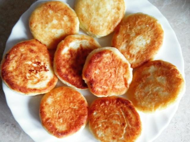 Як правильно готувати смачні, пишні і ніжні сирники в духовці і мультиварці? Як готувати сирники з бананом, яблуком, висівками?