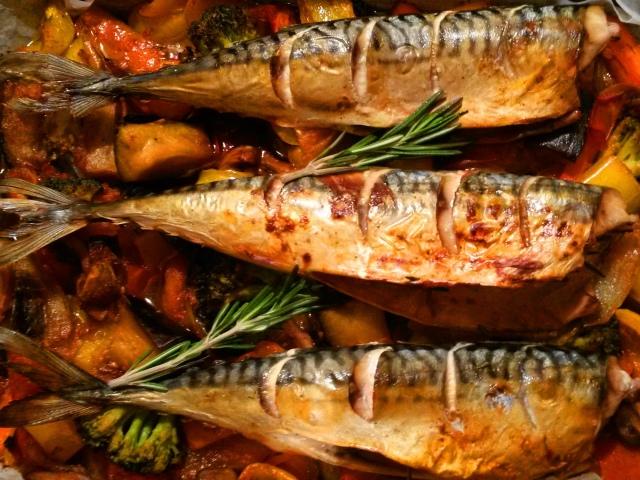 Як смачно приготувати скумбрію у фользі, банку, на деку в духовці з картоплею, морквою, помідорами, лимоном, майонезом, сметаною, рисом: рецепти. Як приготувати рулет із скумбрії у фользі в духовці?