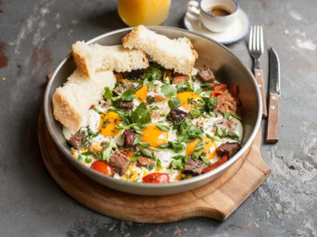 Як готувати яєчню за класичним рецептом, з овочами, ковбасою, сиром, грибами, печінкою — топ-6 найбільш смачних рецептів з докладними етапами приготування