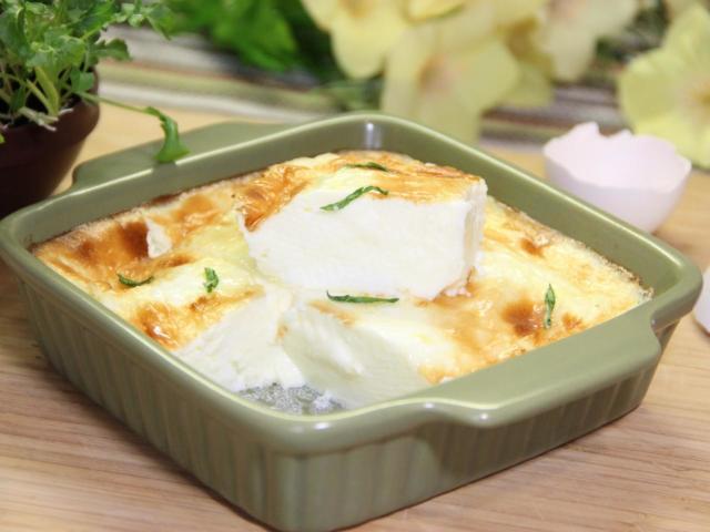 Яєчна пишна драчена натуральна на сковороді в духовці: класичний рецепт до сніданку, як у дитячому садку, з сиром і зеленню, солодка, фото, відео