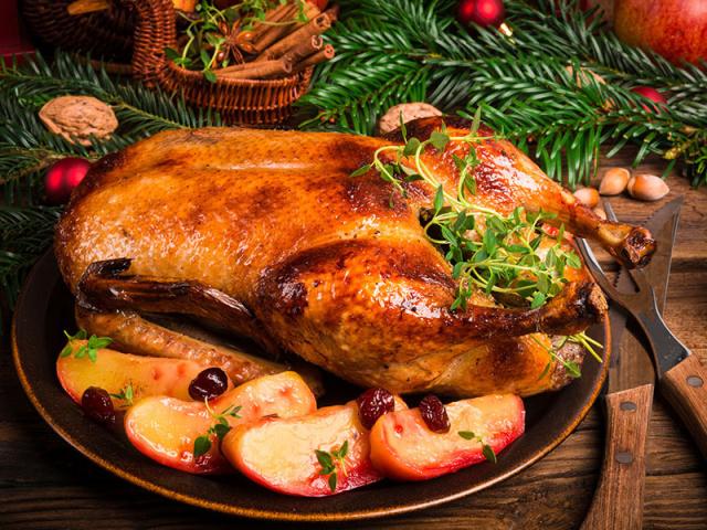 Як приготувати соковитого гусака в духовці з яблуками, чорносливом, картоплею, капустою, грибами, гречкою, рисом, в тесті? Рецепт запеченого гусака в духовці