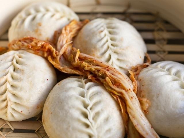 Рисові пиріжки по-корейськи: з солодкої пастою з квасолі, з капустою і свинячим м'ясом, з рибою — 3 найкращі рецепти з покроковими інгредієнтами