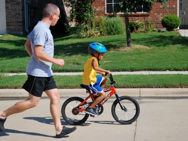 Як швидко і правильно навчити дитину кататися на двох і триколісному велосипеді? Як навчити дитину крутити педалі і тримати рівновагу?