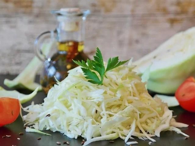 Салат з томатів та капусти на зиму — 2 кращих покрокових рецепту з докладними інгредієнтами. На що звернути увагу при виборі овочів для салату з помідорів і капусти: практичні поради по приготуванню