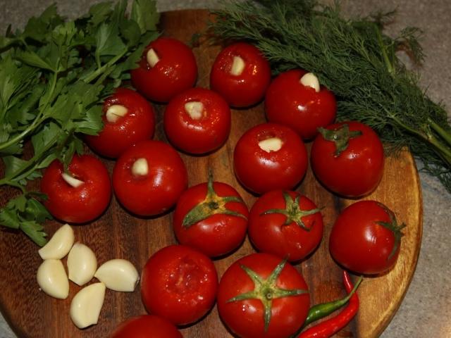 Помідори з часником всередині на зиму: 2 кращих покрокових рецепту з докладними інгредієнтами