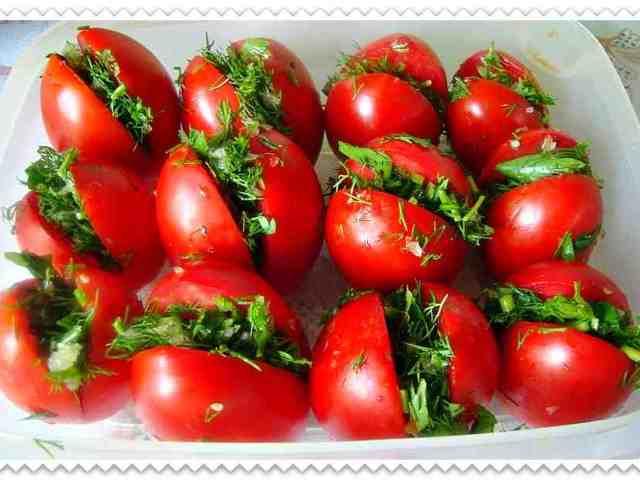 Помідори, фаршировані зеленню: 2 кращі покрокові рецепти з докладними інгредієнтами