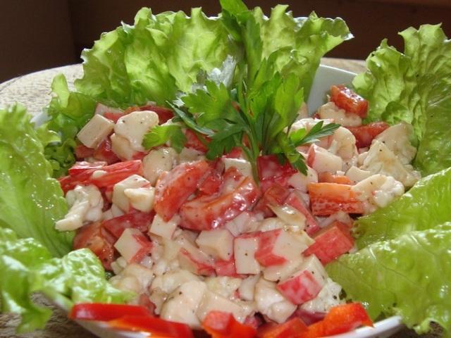 Салат з крабовими паличками і помідорами: 2 кращих і швидких рецепту з покроковим приготуванням
