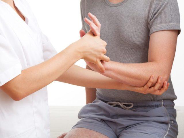 Забій променево-зап'ясткового суглоба: причини, симптоми, лікування