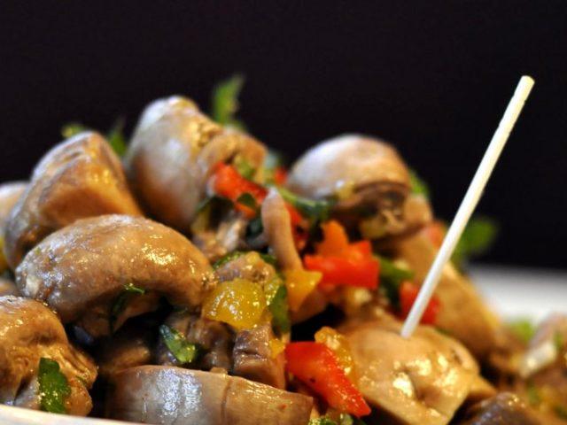 Печериці по-корейськи: класичний рецепт, з морквою, з квасолею, з кольоровою капустою, в гострому соусі, з цибулею і часником — смачні рецепти для приготування в домашніх умовах
