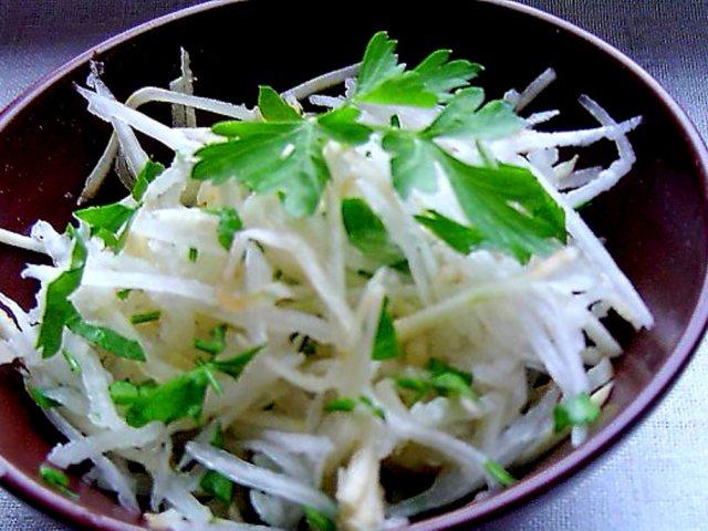 Самий смачний салат з дайкона з огірком, білокачанної капустою брокколі, яблуком, яйцем, по-корейськи, по-азійськи, помідором, куркою і сиром, авокадо