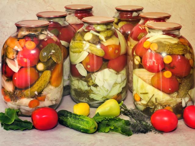 Асорті з овочів на зиму: з білокачанної капустою, баклажанами, кабачками. солодким перцем, яблуками, грибами, помідорами, аличею, морквою і цибулею — найсмачніші рецепти