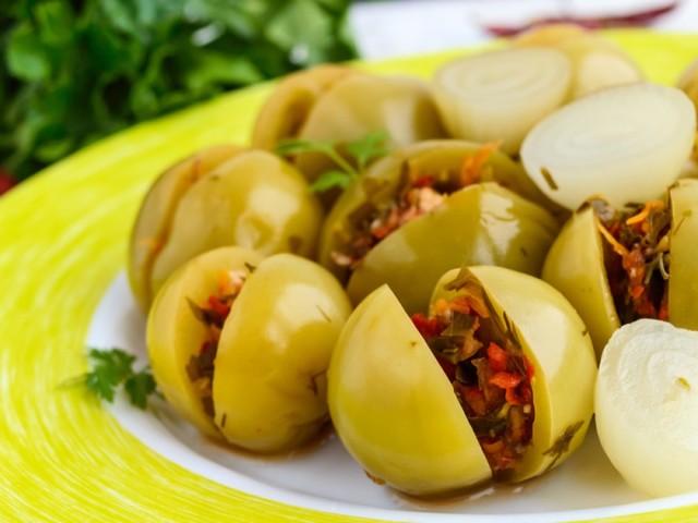 Зелені помідори по-вірменськи на зиму: мариновані, квашені, гострі, з начинкою з овочевого асорті, фаршировані зеленню, морквою, солодким перцем — найкращі рецепти