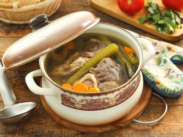 Яловичий бульйон: як правильно варити з яловичого мови, кісток, серця, рульки, реберець? Скільки вариться яловичий бульйон, коли солити, як освітлити, скільки зберігати в холодильнику?
